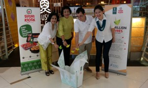 Jakarta, 10 Juli 2015 - Sushi Tei dan Sushi Kiosk hari ini meluncurkan gerakan 'One Million Cranes for A Better Future' - sebuah kegiatan kreatif melipat origami bangau untuk didonasikan kepada anak dengan kanker di Indonesia. Setiap origami bangau yang dihasilkan oleh pelanggan Sushi Tei dan Sushi Kiosk akan dihitung senilai Rp. 100,- dan akan didonasikan kepada Yayasan Kasih Anak Kanker Indonesia (YKAKI). Gerakan ini akan dimulai dari tanggal 13 Juli 2015 dan akan ditutup tanggal 31 Agustus 2015 di setiap gerai Sushi Tei dan Sushi Kiosk yang tersebar di Indonesia.
