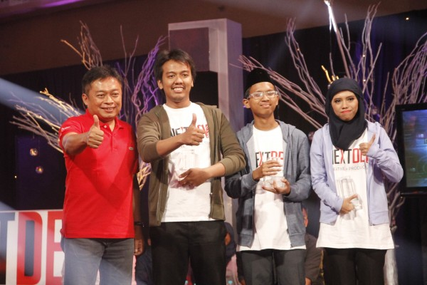 Juara TheNextDev2015: Direktur Utama Telkomsel Ririek Adriansyah bersama tim Rumah Sinau pada pengumuman pemenang Telkomsel The NextDev 2015, Jakarta baru-baru ini. Rumah Sinau merupakan platform yang mempertemukan antara para pemilik ruang kosong, para siswa dan para tutor.