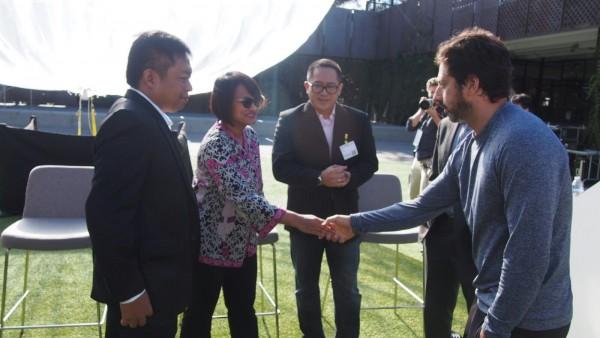 XL-Google: Presiden Direktur XL Dian Siswarini menjabat tangan tangan Pendiri Google Sergey Brin didampingi Presiden Direktur Telkomsel Ririek Ardiansyah dan Presiden Direktur Indosat Alex Rusli dalam penandatanganan kesepakatan uji coba Project Loon di Indonesia, Mountain View, California, United State. Rabu (28/10).