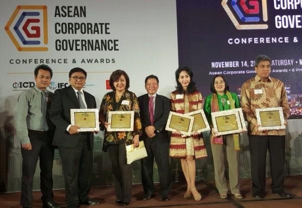 GCG: Fransiska Oei, Direktur Danamon (ketiga dari kanan) menerima penghargaan ASEAN Corporate Governance Award 2015 di Manila, Filipina (14/11) sebagai salah satu dari 50 emiten terbaik di Asia Tenggara dan 3 emiten terbaik di Indonesia dalam penerapan Good Corporate Governance atau tata kelola perusahaan yang baik.