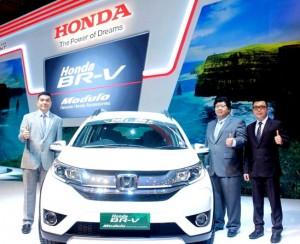 Honda BR-V bersama jajaran petinggi Honda Surabaya Center.