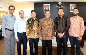 Panitia IIMS 2016 berfoto dengan Menteri Peindustrian RI (ketiga kanan)