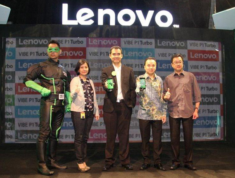 Kapten Power Lenovo, Device Partnership Manager Indosat Ooredoo Wilda Hurriyati, Country Head Smartphone Division Lenovo Indonesia Adrie R. Suhadi, selaku Country Manager Qualcomm Indonesia Shannedy Ong, Account Director SCM Darma Soendaya Lukman memperlihatkan Lenovo VIBE P1 Turbo saat peluncuran perdana di Jakarta, Selasa (26/1). (NextID)