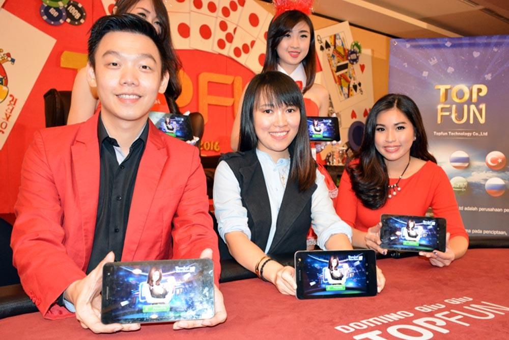 PR Agency dari Topfun dari PT. Sense Indonesia Steven Wang, Director of Business Operation Indonesia, TopfunTechnology Co.Ltd, Michelle (Yang Yixue), dan Grace Tania sebagai Pembawa Acara memperlihatkan game online Domino Qiu Qiu yang dikembangkan Topfun di Jakarta. (NextID)
