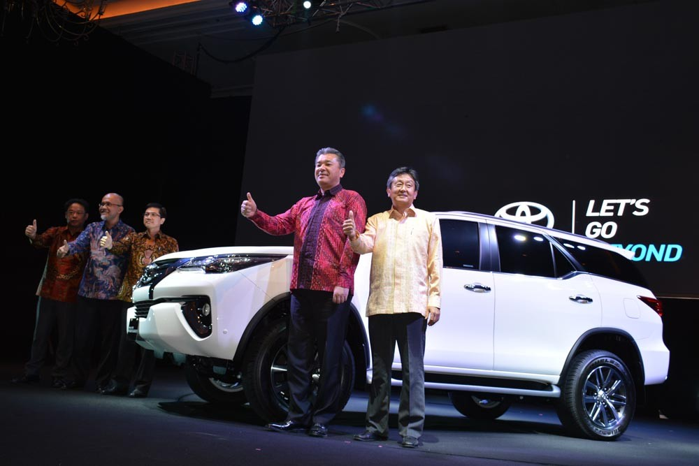 Hiroki Nakajima (kedua kanan) selaku Executive Chief Engineer Toyota Motor Corporation berfoto bersama para petinggi PT Toyota Astra Motor. (NextID)