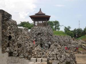 Gua di di Kota Cirebon: Salah satu obyek wisata sejarah di Cirebon yakni Taman Sari Gua Sunyaragi. Kompleks goa di Jalan Brigjen AR Dharsono dikenal sebagai tempat peristirahatan Kasepuhan Cirebon.