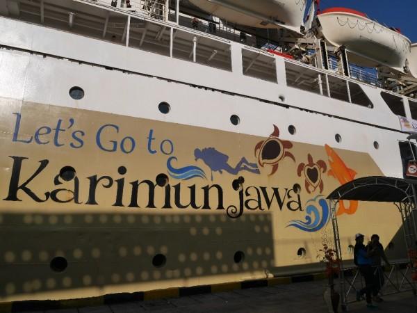 Kapal Pelni dengan logo Let's Go Karimun Jawa