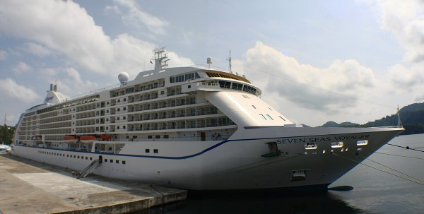 Kapal Pesiar MV Seven Seas Voyager di dermaga Sabang