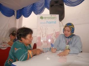Bakti Sosial: Direktur RS Evasari Dr Dina Hanum (kanan) melayani pasien di RS Evasari di Rawamangun, Jakarta Pusat, Minggu (17/1).