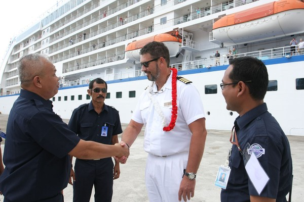 Deputi Komersial dan Investasi Badan Pengusahaan Kawasan Perdagangan Bebas dan Pelabuhan Bebas Sabang (BPKS) menyambut Nahkoda MV Seven Seas Voyager Capt Daniel Green saat sandar di Pelabuhan BPKS, Saang Kamis (21/1).