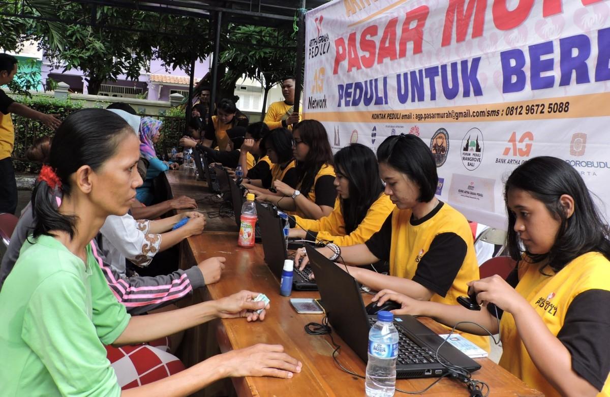 Pasar Murah: Warga Kelurahan Sunter Jaya, Tanjung Priok, Jakarta Utara, Sabtu (30/1) menukarkan kupon sembako murah dan kegiatan Pasar Murah berjalan dengan tertib.