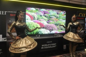 Model berfoto bersama 8K-Equivalent AQUOS TV
