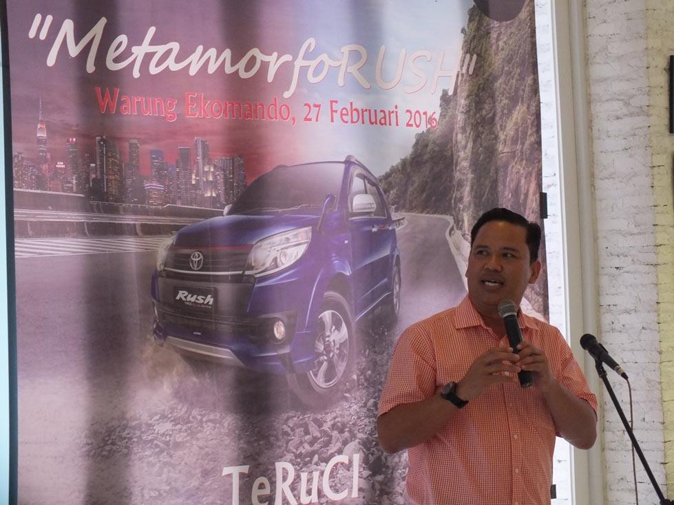 Branch Manager Auto2000 Ciledug, Agustinus M Wijaya memaparkan spesifikasi terbaru dari Toyota Rush kepada komunitas. (Ist)