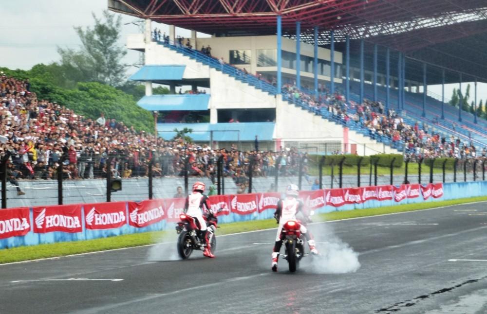 dua pebalap Tim Repsol Honda, Marq Marques dan Dani Pedrosa menyuguhkan atraksi biasa-biasa saja, namun karena sosoknya selebritas papan atas MotoGP maka yang dilakukan tetap mengundang tepuk tangan. 9NextID/Gatot Irawan)