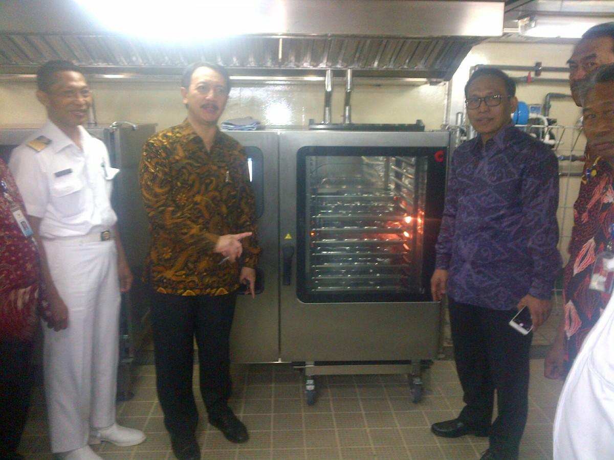 Dirut PT Pelni Elfien Goetoro (kiri) dan Dirut Garuda Indonesia Arief Wibowo meinjau dapur KM Kelud, Jumat (5/2) di Jakarta