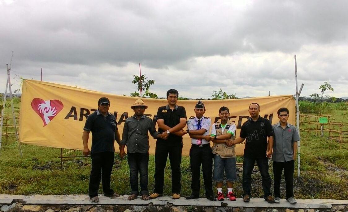 Perwakilan Artha Graha Peduli, Angkasa Pura Lombok International Lombok, warga sekitar yang membantu perawatan bibit pohon Kelicung  selama enam bulan ke depan, Kamis (11/2). Mereka akan menjaga 1.000 pohon Kelicung yang menjadi maskotnya Nusa Tenggara Barat untuk penghijauan kawasan bandar udara provinsi tersebut.