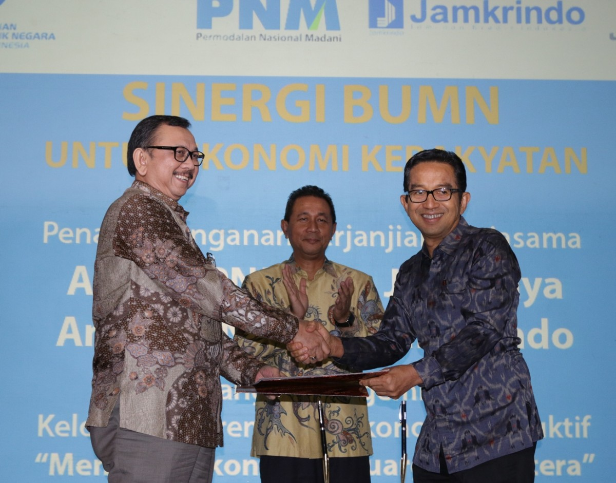 Direktur utama PT PNM (Persero) Parman Nataatmadja (kanan), bersama Deputi Bidang Usaha Jasa Keuangan, Jasa Survei dan Jasa Konsultasi Kementerian BUMN, Gatot Trihargo (tengah), & Direktur Utama PT Asuransi Jiwasraya, Hendrisman Rahim (kiri)