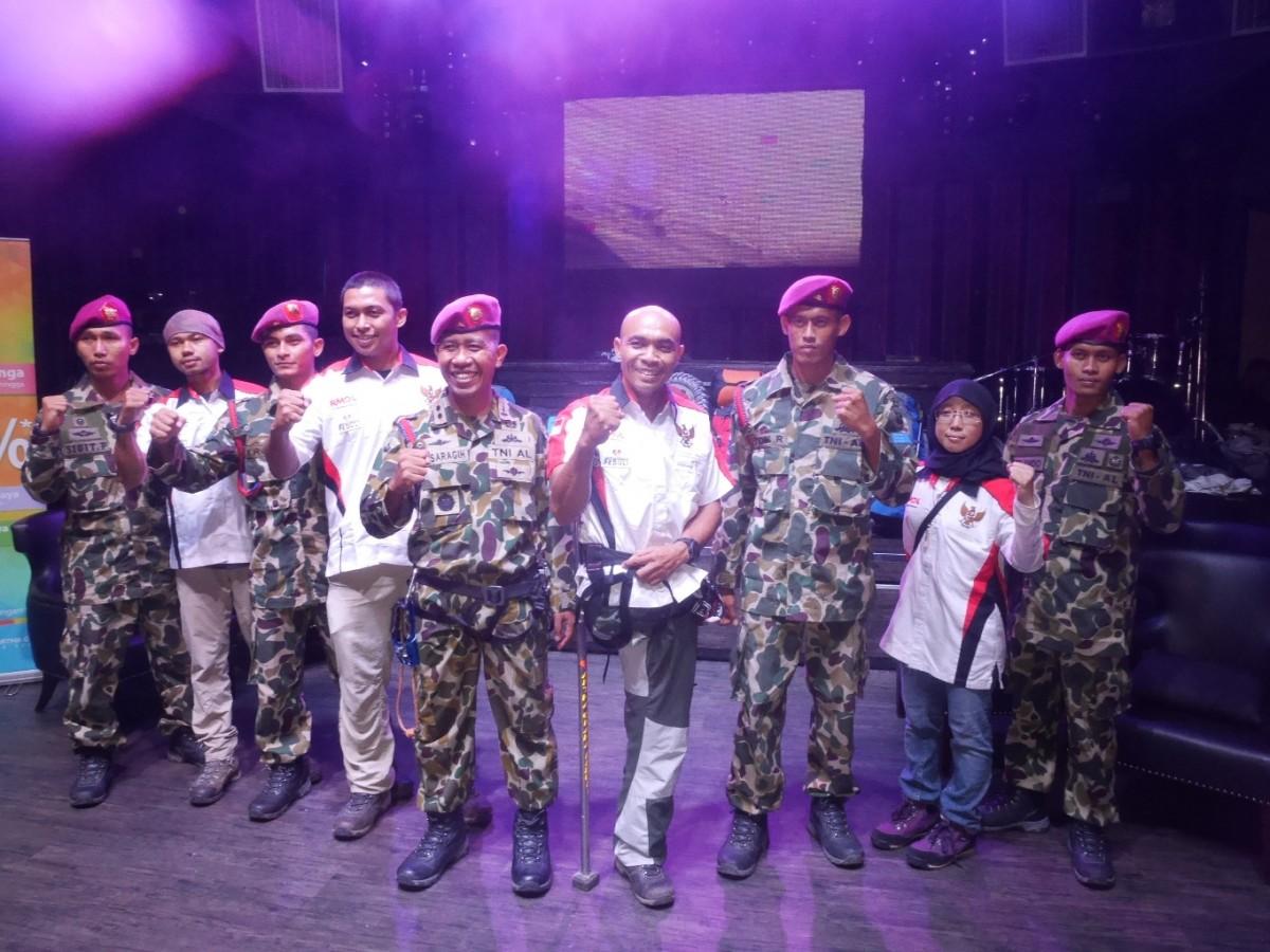 Pendaki Sabar Gorky bersama lima anggota Marinir dan timnya usai pelepasan Tim Ekspedisi Indonesia Raya di Jakarta, Kamis (18/2). Mereka akan mendaki  Gunung Aconcagua di Argentina setinggi 6.962 mdpl.