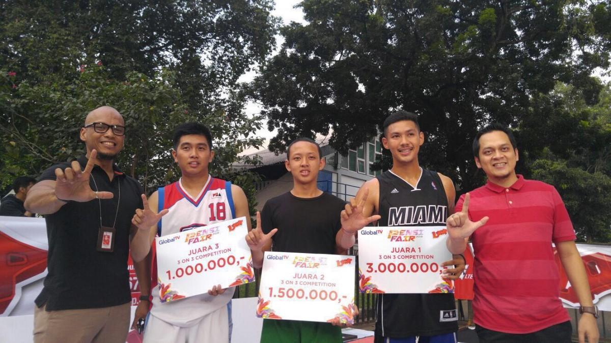 LoopPF-1 : Manager Loop Marketing Communicatins Telkomsel, Diko Julian (paling kanan), menyerahkan hadiah kepada para pemenang 3 on 3 Basketball Competition yang merupakan bagian dari rangkaian event PENSI FAIR yang puncaknya dilaksanakan di Jakarta (20/2).