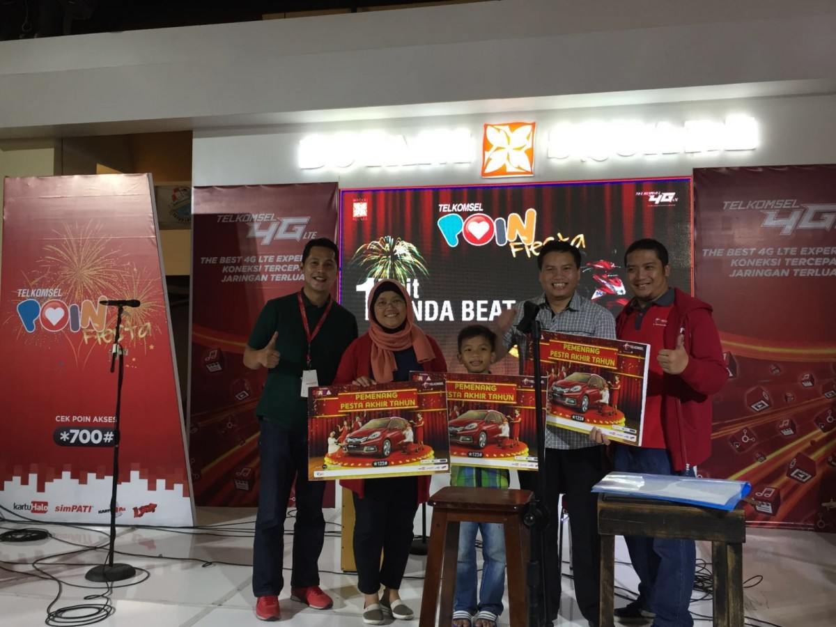 General Manager Sales Regional Eastern Jabotabek Telkomsel, Nur Asnidar (kedua dari kiri), didampingi Manager Branch Bogor Telkomsel, Fahmy Rojali (paling kiri) menyerahkan hadiah utama 1 unit Mobil Honda Mobilio kepada pemenang program Pesta AKhir Tahun 2015 Periode 2 di Mal Botani Square, Bogor (28/2).