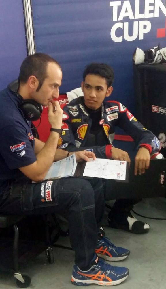 Diskusi dengan pelatih kerap dilakukan untuk mencapai waktu terbaik dalam balapan sesungguhnya.  Ist
