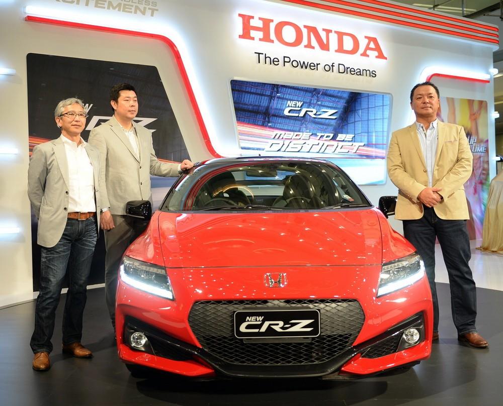 Tomoki Uchida (kanan) dengan Jonfis Fandy (kedua kiri) mengapit New Honda CR-Z.  Ist
