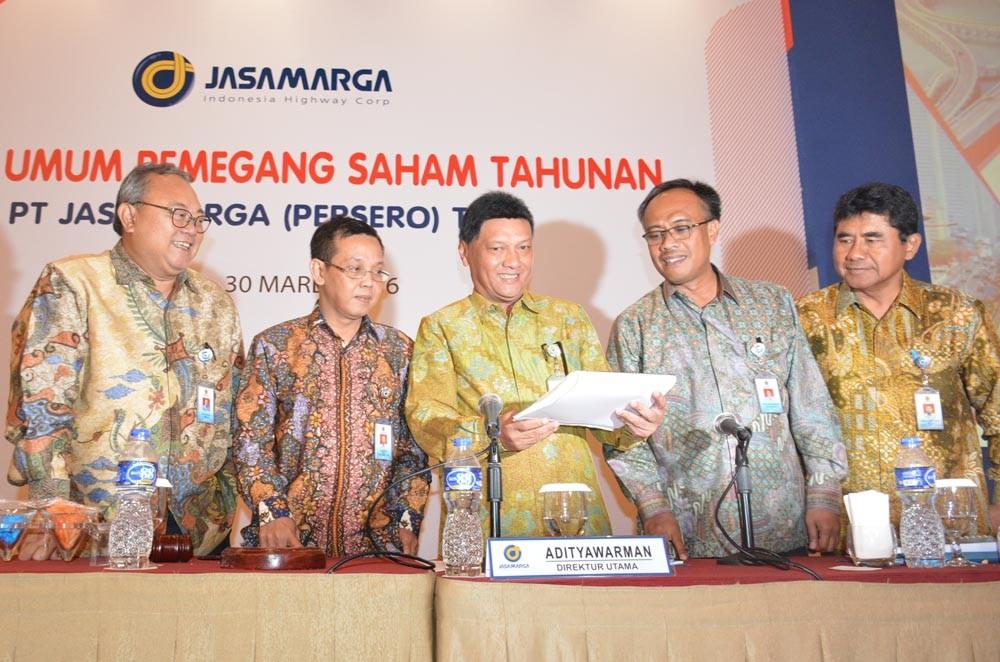 Dirut Jasa Marga Adityawarman (tengah), berbincang bersama jajaran Direksi (dari kiri) Achiran Pandu Djajanto, Hasanudin, Christiantio Prihambodo dan Muh Najib Fauzan, usai Rapat umum pemegang saham tahunan, di Jakarta, Rabu (30/3). (NextID)