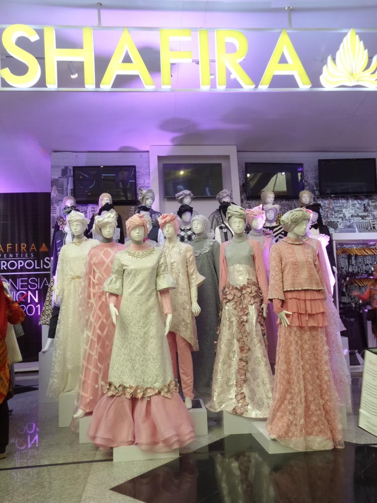 Songket Silungkang untuk gaun malam nuansa pink yang glam gaya roaring twenties. (Ist)