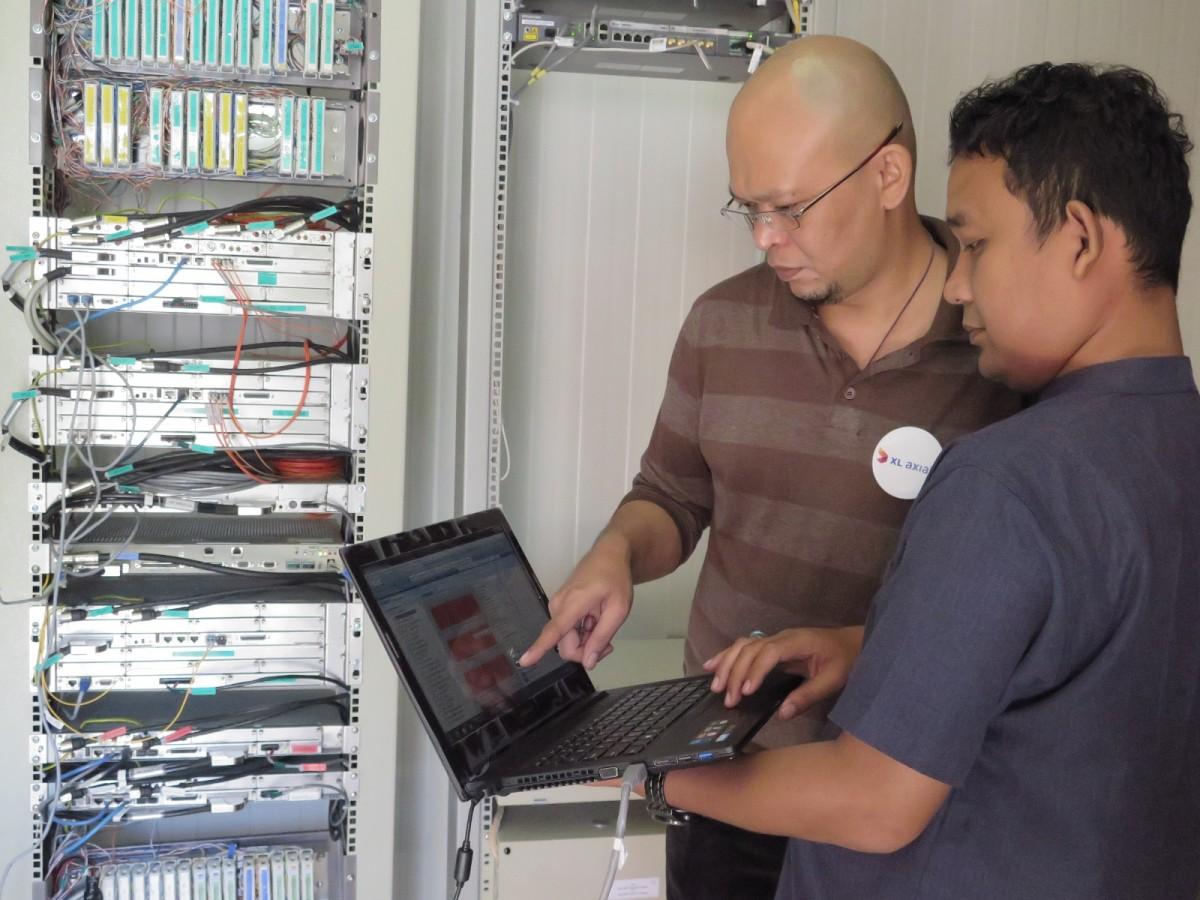 General Manager Sales XL Sumbagsel  Moch. Sopyan Rambe (berkaus coklat ) bersama teknisi XL melakukan pengecekan perangkat BTS di Belitung. Masyarakat Belitung bisa menikmati layanan XL 4G LTE untuk menyaksikan Gerhana Matahari Total