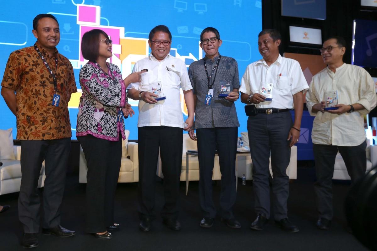 "(ki-ka) Direktur Digital Service XL, Ongki Kurniawan, Presiden Direktur XL, Dian Siswarini, Menteri Komunikasi dan Informatika, Rudiantara, Deputy Kepala Ekonomi Kreatif, Ricky Pesik dan Walikota Yogyakarta, Haryadi Suyuti dalam acara Dig-In 2016 DIGITALisME di Jakarta. Kamis (17/3). Era digital membawa dunia pada kondisi tanpa batas. Platform digital pun kemudian menjadi sarana yang mampu menjadikan dunia terbentang begitu luas untuk berinovasi dan berkreasi. DIGITALisME merupakan sebuah gerakan untuk berpikir secara ""out of the box"" untuk memaksimalkan pemanfaatkan sarana digital."