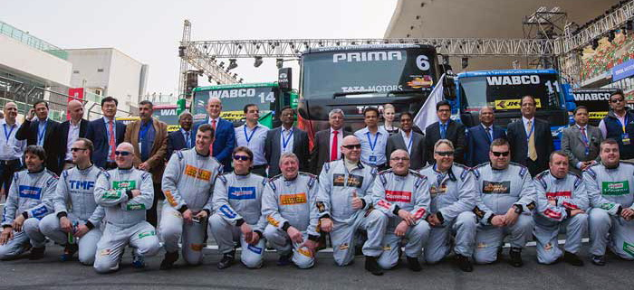 Inilah peserta balap truk satu merek yang seru. Ini diambil sebelum mereka balapan.  Ist