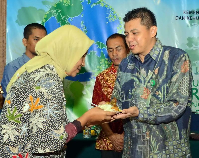Pemberian nasi tumpeng kepada perwakilan media oleh Kepala Biro humas LHK (kanan).  Ist