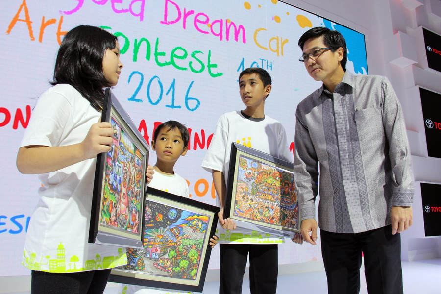 Pemenang Toyota Dream Car Art Contest Indonesia 2016 berfoto bersama Henry Tanoto, Vice President Director TAM (kanan).  Ist