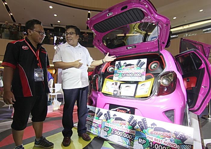 Hasan (kanan) dari Auto2000 Surabaya, berbincang dengan pemilik Agya yang dimodif, dan memenangkan penghargaan.  Ist