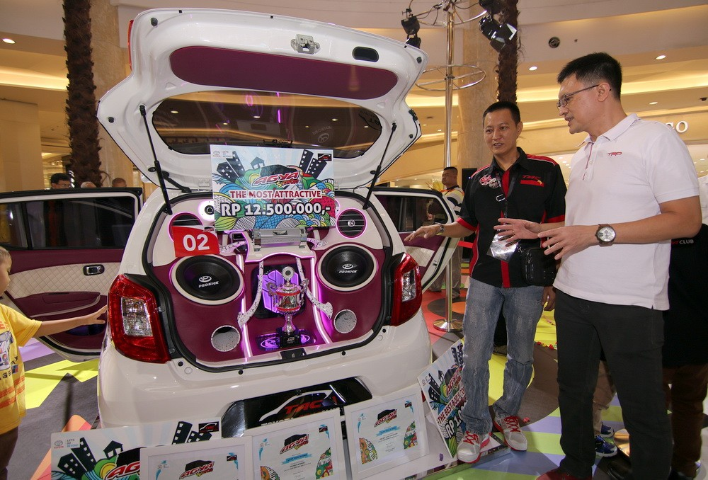 Indra Lubis menengok salah satu peserta yang berhasil menang dalam ajang AGYA Show Off yang digelar di Jakarta.  Ist