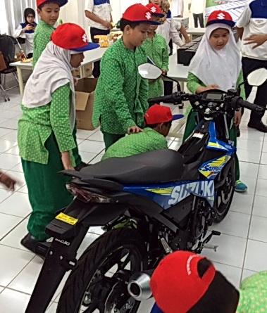 Para siswa melihat langsung pembuatan motor. Ist
