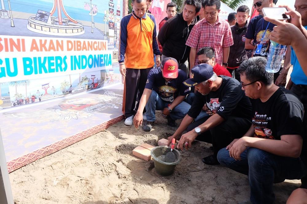 "Walikota Padang, H Mahyeldi Ansurullah SP bersama dengan perwakilan manajemen Honda dan bikers pecinta Honda CBR melakukan peletakan batu pertama tugu ""Bikers Indonesia"" sebagai rangkaian kegiatan Jambore Nasional Honda CBR di kota Padang, Sumatera Barat, Minggu (8/5).  Ist"