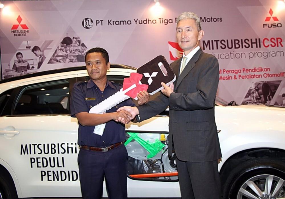 Salah satu Kepala Sekolah Menengah kejuruan yang menerima secara simbolis kunci kendaraan untuk praktik para siswa dari Hisashi Ishimaki (kanan).  Ist