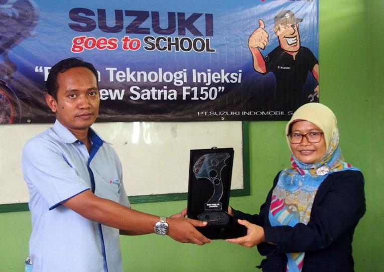 Perwakilan SMK PGRI 20 Cibubur menyerahkan piagam kepada perwakilan SIS.  Ist