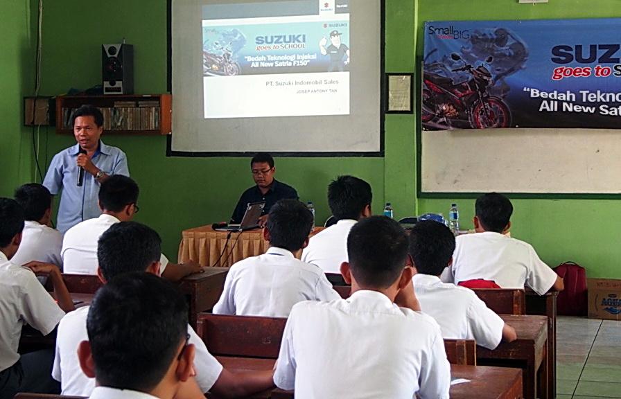 Trainer dari SIS sedang menjelaskan kepada para siswa.  Ist