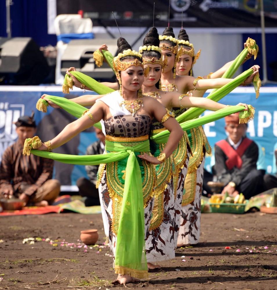 Kesenian sakral khas masyarakat Tengger-upacara adat rasa syukur atas keberkahan dan keselamatan yang diterima, dipertontonkan di acara tersebut.  Ist