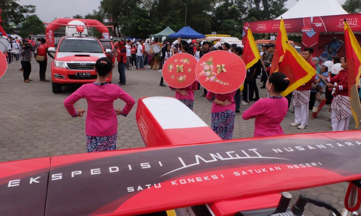 Setelah mendarat dengan mulus di Lanud Wiriadinata Tasikmalaya, Drone Elang Barat Telkomsel diarak dengan konvoi sejumlah komunitas otomatif yang ada di Kota Tasikmalaya.