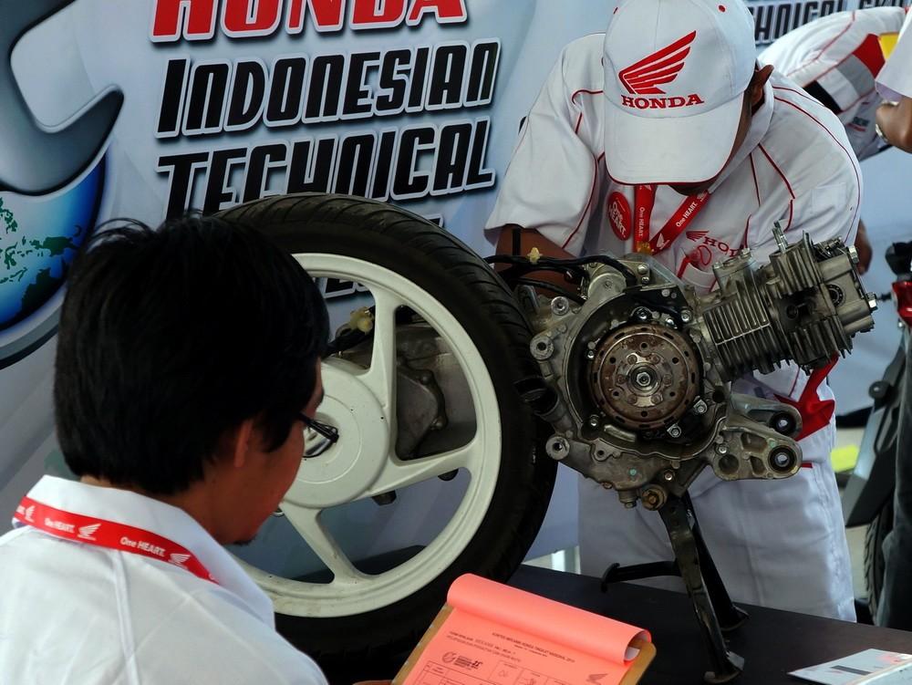 Salah satu juri sedang mengamati kemampuan mekanik Honda dalam menyervis motor.  Ist