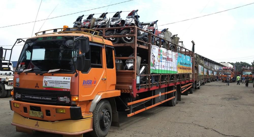 Truk ekspedisi mengangkut 998 unit sepeda motor Honda milik pemudik peserta Mudik Balik Bareng Honda dengan tujuan Semarang dan Yogyakarta di Area Gudang Bulog, Jakarta Utara (30/7).   Ist