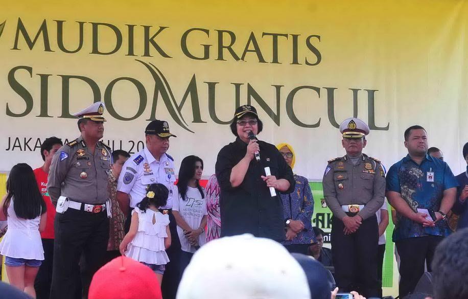 Menter Kehutanan dan Lingkungan Hidupi Siti Nurbaya memberikan sambutan dalam program Mudik Gratis Sido Muncul. Ist