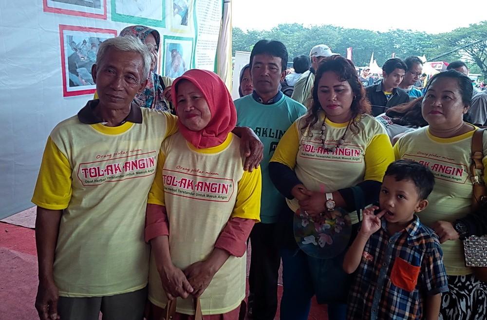 Suparno (kiri) dan istri beserta kerabatnya yang turut mudik gratis Sido Muncul ke Sukoharjo.