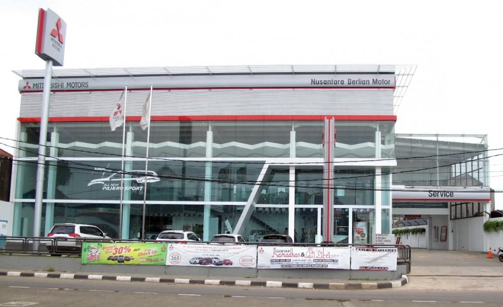 Diler baru Mitsubishi khusus kendaraan penumpang dibuka di Kranji, Minggu (31/7).  Ist