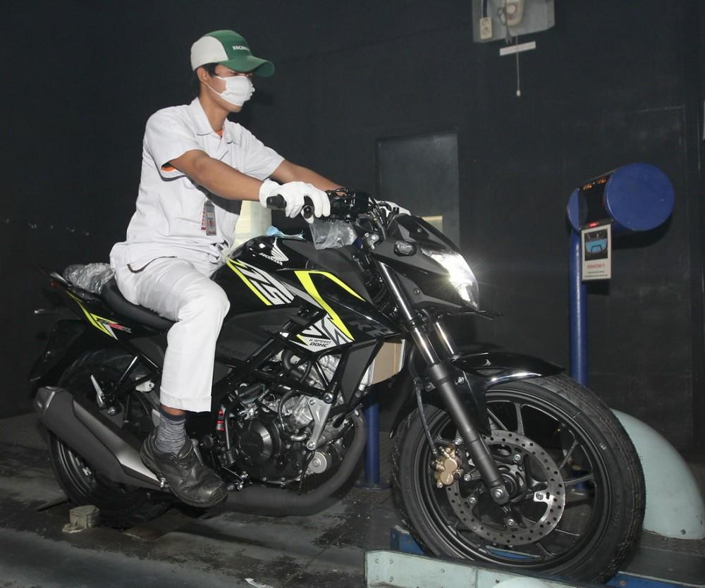 Mekanik melakukan pengetesan sebelum New Honda CB150R StreetFire dilempar ke pasar. Ist