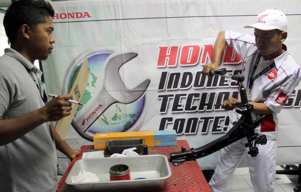 Peserta melakukan uji materi pemasangan bearing pada acara Kompetisi Keterampilan Mekanik & Service Advisor ke -23 di Gedung Astra Honda Training Center (AHTC), Sunter, Kamis (25/8). Ist