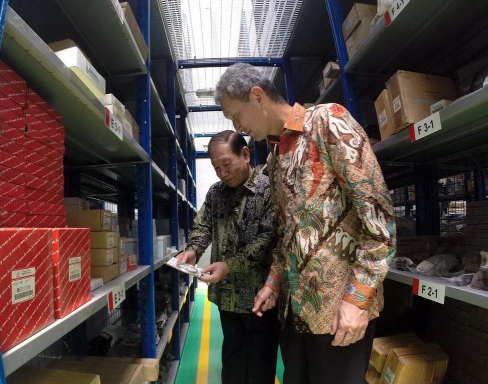 Presdir KTB Hisashi Ishimaki (kanan) melakukan inspeksi di diler tersebut.  Ist